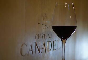verre de vin avec le logo du château Canadel