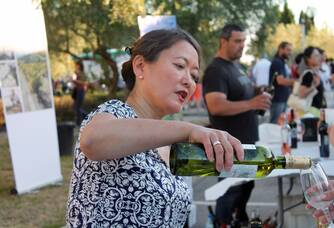 Nan Ping faisant déguster un des nectars du Château la Bastide