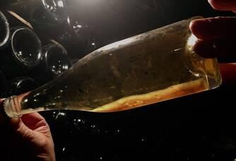 La prise de Mousse se fait sur lie dans chaque bouteille stockée dans les caves taillées dans la craie, à température constante