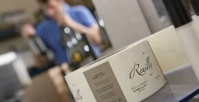 bouteille de Reuilly vide sur la table de dégustation, vigneron en arrière plan
