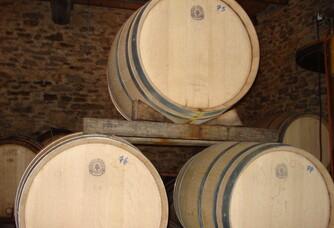 Chai à barriques dans la cave de L'Oustal Blanc