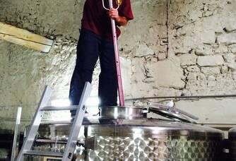 Wim en plein travail dans le chai du Domaine Mandourelle